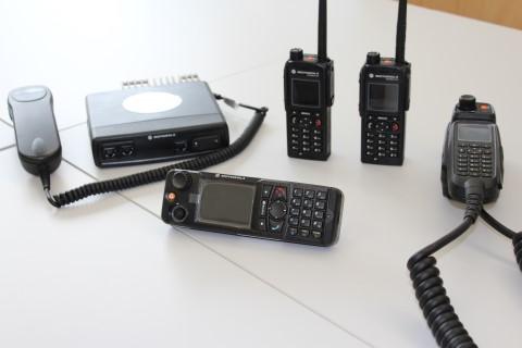 Die aktuellen Digital-Funkgeräte der Feuerwehren im Leitstellenbereich Amberg.